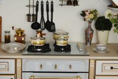 Внутренняя газовая плита кухни при железные баки и лотки, обедая оборудование Стоковое Изображение