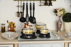 Внутренняя газовая плита кухни при железные баки и лотки, обедая оборудование Стоковое Фото
