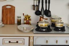 Внутренняя газовая плита кухни при железные баки и лотки, обедая оборудование Стоковая Фотография RF