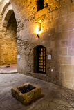 Внутренняя зала и бывшая дверь тюремной камеры в Paphos рокируют Стоковое фото RF