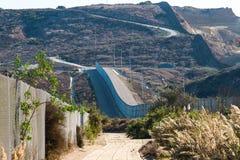 Внутренняя и наружная стена международной границы через Сан-Диего, Калифорнию около Мексики стоковые фотографии rf