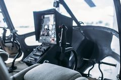Внутренняя кабина вертолета, пульт управления, взгляд со стороны стоковая фотография
