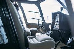Внутренняя кабина вертолета, пульт управления, взгляд со стороны стоковое фото