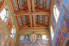 Внутренняя картина на стенах и потолке церков первого мученика St Stephen в монастыре Beit Jamal Стоковые Изображения