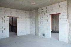 Внутренняя комната под конструкцией, lintels двери металла Стена без plasterwork стоковые фото