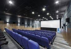 Внутренняя комната с сериями голубых стульев театра и большого экрана Стоковая Фотография RF