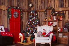 Внутренняя комната украшенная в стиле рождества Отсутствие людей Домашний комфорт современного дома Стоковое фото RF