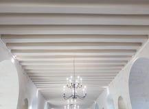 Внутренняя крыша строки потолка люстры архитектуры Стоковое Изображение RF