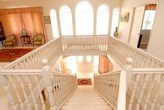 внутренняя лестница цвета слоновой кости Стоковые Изображения