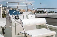 Внутренняя малая яхта, рулевое колесо стоковое фото