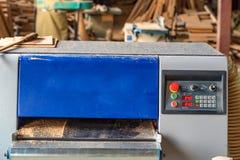 Внутренняя мастерская woodworking с пиломатериалом в фронте Стоковая Фотография RF