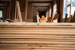 Внутренняя мастерская woodworking с пиломатериалом в фронте Стоковое фото RF