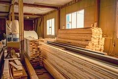 Внутренняя мастерская woodworking с пиломатериалом в фронте Стоковое Изображение RF