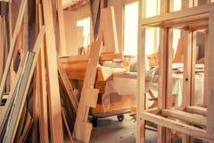 Внутренняя мастерская woodworking с пиломатериалом в фронте Стоковые Фотографии RF