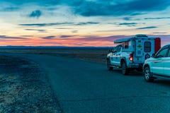 Внутренняя Монголия, Китай, повреждает 28,2017, управляющ через пустыню на заходе солнца стоковые изображения rf