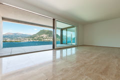 Внутренняя, пустая комната с окнами Стоковое Изображение RF