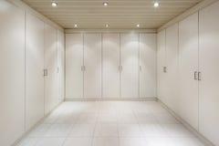 Внутренняя, пустая комната с шкафы стоковые фото
