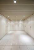 Внутренняя, пустая комната с шкафы стоковое фото
