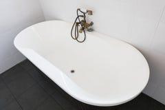 Внутренняя сверстница белой ванной комнаты Стоковое Изображение