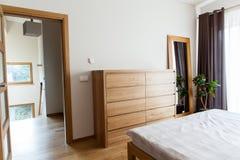 Внутренняя современная спальня стоковая фотография