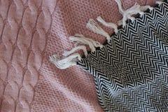 Внутренняя спальня детализирует стиль тканей серый розовый стоковое фото rf