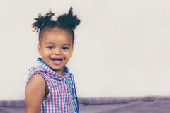 Внутренняя фотосессия сладостного ребенк стоковые фото