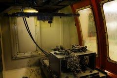 Внутренняя часть вырезывания машины подвергая механической обработке центра CNC в джиге с coo стоковая фотография rf