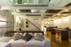 Внутренняя, широкая просторная квартира, живущая комната Стоковые Изображения RF