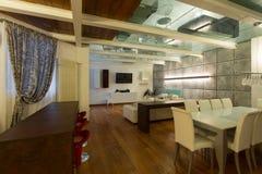 Внутренняя, широкая просторная квартира, столовая Стоковое фото RF