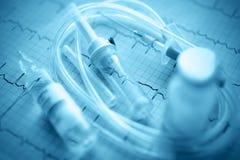 Внутривенная капельница в ECG. символы медицины стоковые фотографии rf