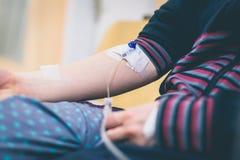 Внутривенные терапия, вливание или iv в руке женщины в больнице Стоковая Фотография