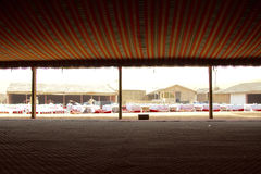 Внутри лагеря сафари в Дубай, ОАЭ Туристы приняты к таким лагерям после дюны bashing для местных представлений, еды и больше Стоковые Фотографии RF