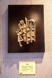Внутри академии клана Chen, земля создает произведение искусства Старуха завлекает его котенка любимчика с рисом Стоковая Фотография RF