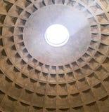 Внутри взгляда от потолка пантеона, Рим стоковое изображение rf