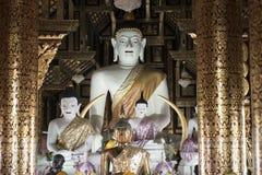 Внутри виска с большим белым Buddhas Chiang Mai, Таиланд стоковые изображения rf