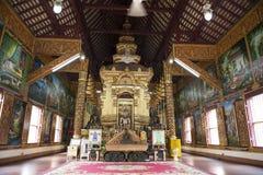 Внутри виска с большим Buddhas Chiang Mai, Таиланд стоковое фото