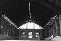 Внутри вокзала черно-белого Стоковая Фотография