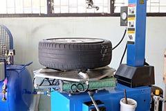 Внутри гаража - изменяя колеса или автошины Стоковые Изображения