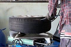 Внутри гаража - изменяя колеса или автошины Стоковые Изображения RF
