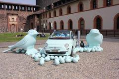 Внутри замка Sforza милана, пластичные птицы на поле с автомобилем Фиат 500 Стоковое Фото