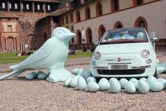 Внутри замка Sforza милана, пластичные птицы на поле с автомобилем Фиат 500 Стоковая Фотография RF
