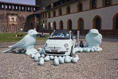 Внутри замка Sforza милана, пластичные птицы на поле с автомобилем Фиат 500 Стоковые Изображения RF