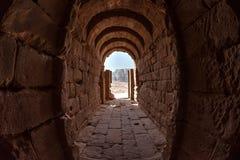 Внутри здания выкопенного экскаватором в Petra Стоковые Фото