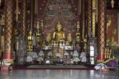 Внутри комнаты с большим Buddhas Chiang Mai, Таиланд стоковое изображение rf