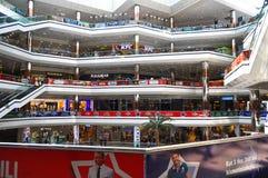 Внутри мола Cevahir в Стамбуле, Турция стоковое изображение rf