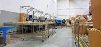 Внутри объект фабрики печатания и упаковки, упаковывая отдел, который нужно подготовить для доставки к клиентам, рабочей зоны в стоковое изображение rf