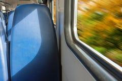 Внутри пассажирского поезда идя осенью Стоковое Фото