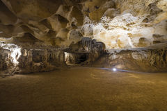 Внутри пещеры известняка стоковое изображение