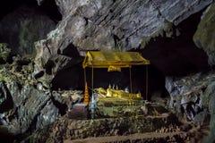 Внутри пещеры Pukham или Poukham в Vang Vieng, Лаос стоковое изображение rf