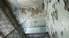 Внутри получившегося отказ здания Почти обрушенный и загубленный городской квартал Полу-загубленные здания в гетто Картина вандал видеоматериал
